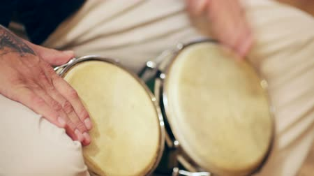 tradicional : The guy in the white pants paired playing African drums Vídeos