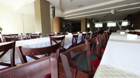 bankett : Banquet tables, covered with white tablecloths. Spices and toothpick on the table