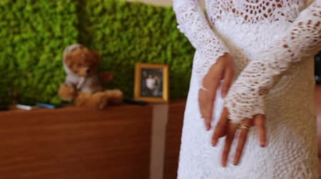 kadınlık : Bride adjusts his sleeve wedding dress. Flex moves across the floor Stok Video