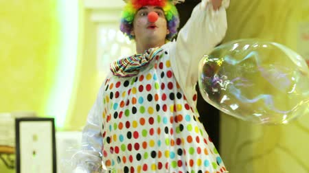 palhaço : At a childrens party clown makes big bubbles