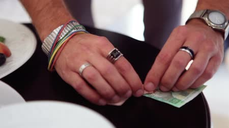 маг : Magician shows tricks with two bills of various colors