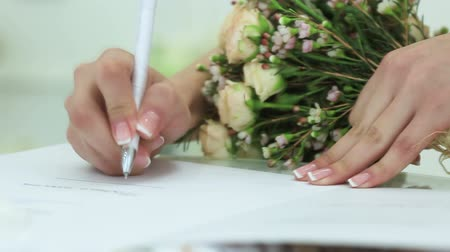 birlik : Bride takes pen and sign wedding contract