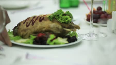 porce : Submission of fried chicken on table with white tablecloth Dostupné videozáznamy