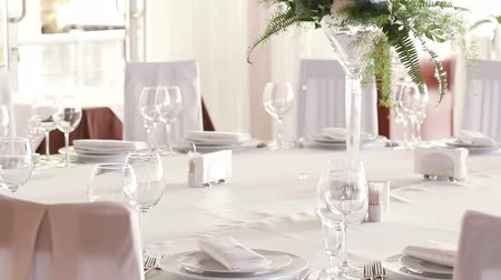 dekoracje : Focus to serve with wine glasses on celebratory table Wideo
