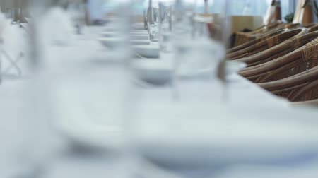 оформление : Several glasses and plates on table with a white tablecloth Стоковые видеозаписи