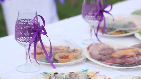 dekoracje : Table with decorated wedding glasses Wideo