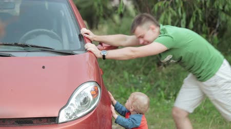 pneus : Nature dad with his son, pushing car