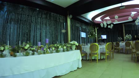 формальный : Decorating banquet hall for celebration of wedding Стоковые видеозаписи