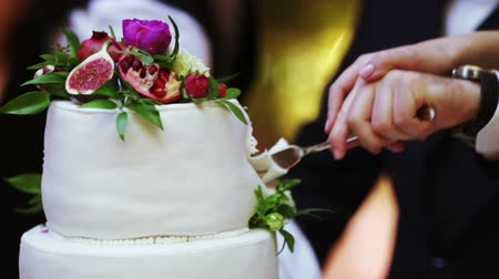 wedding cake : Cutting wedding cake