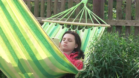 uykuda : Girl asleep in hammock