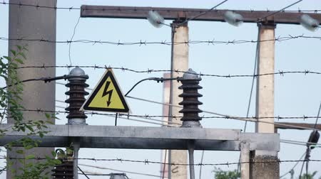 płot : Barbed wire transformers with station Wideo