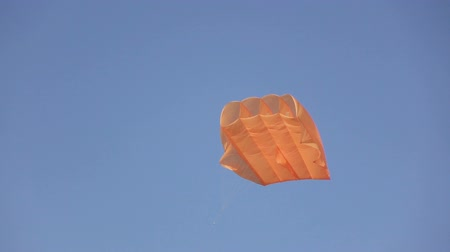 que apoia : Stabilization parachute in sky