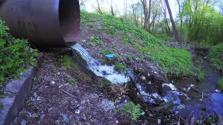 hijenik olmayan : Rubbish and water sewer pipe
