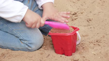 Łopata : Girl in the sandbox