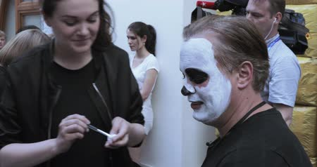muertos : Drawing a makeup of the dead or the skull