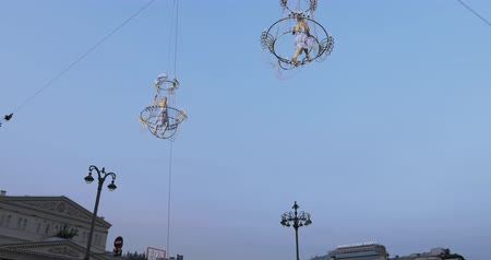 żyrandol : Girl acrobat in white dress in the air above the street in a big chandelier on the rope Wideo