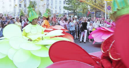 motyl : Dancers on stilts in suits of colorful large flowers