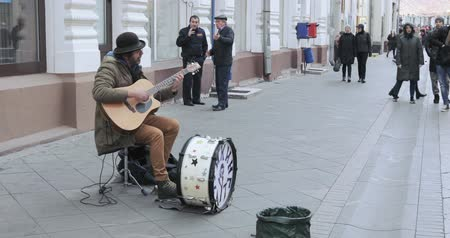 sanatçılar : Street musician on Nikolskaya Stok Video