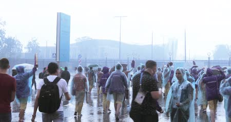 тапки : Football fans under the shower after the completion of the stadium