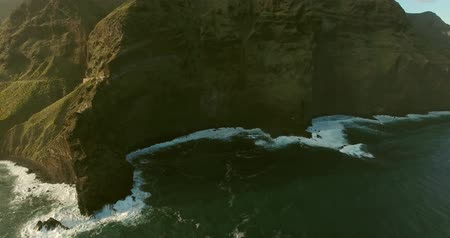 Тихий океан : Amazing beauty of ocean. Aerial view of mountain by the sea.