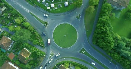 kormányoz : Roundabout in the European countryside in summer, the dense traffic of cars along the road aerial shot Stock mozgókép