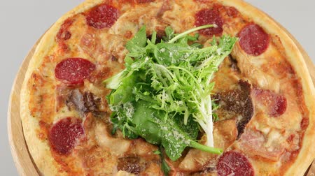 бекон : Pizza with grilled chicken, beef, bacon and salami