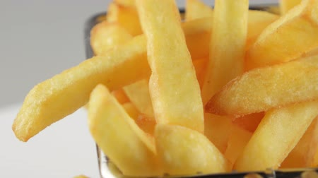 жарить : French fries in a small iron frying basket, rotates