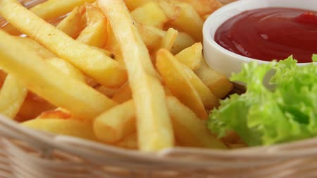 francês : Fresh fried french fries with ketchup and leaf of salad (loop) Vídeos