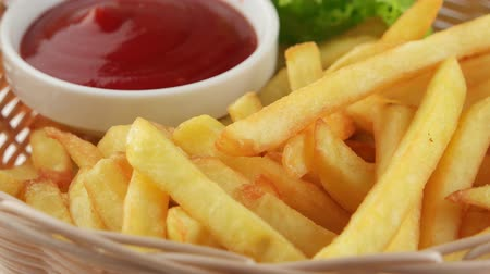 frites : Fresh fried french fries with ketchup and leaf of salad (loop) Stock Footage