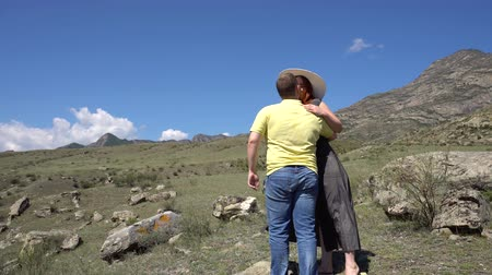ouvido : Beautiful couple of young people doing selfie in the mountains 4k. Vídeos