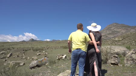 ouvido : A pair of lovers admire the view of the mountains and kisses 4k.