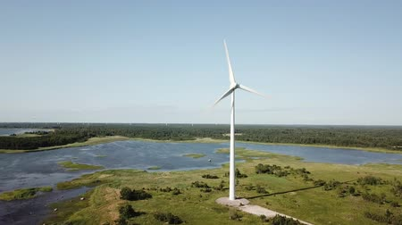 Belle turbine a mulino a vento, Estonia, parco Virtsu. Video drone aereo. Vista aerea