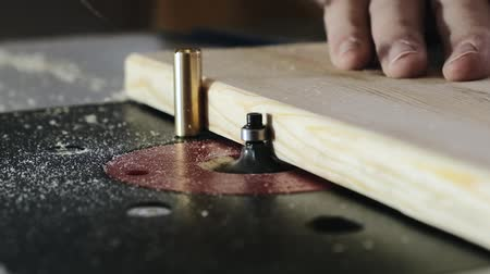 grawerowanie : Removing an edge from a tree using a milling machine. Close-up. Slow motion.