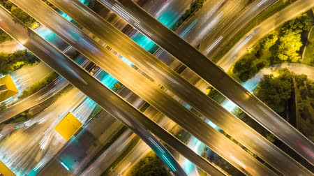 voie rapide : aerial shot top view of traffic on freeway interchange at night. 4K UHD time lapse background