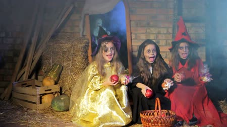 ведьма : Children in costumes of witches for Halloween with presents see a ghost in and run away. Smart ghost picks up presents and leaves.