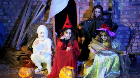 ведьма : Witches and ghost are singing a song and playing muscial instruments at Halloween party. Стоковые видеозаписи