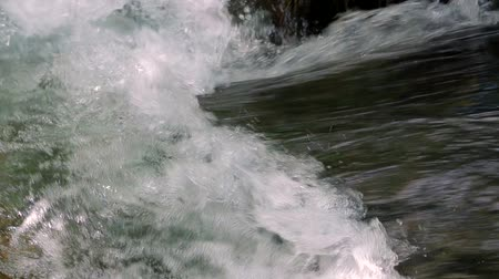 strumień : Close-up footage with audio of mad river torrent flowing, making a wave.