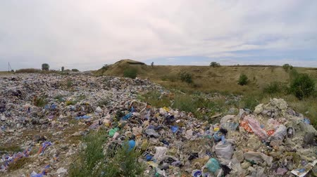 rakás : This is a video shot over large pile of ejected domestic wastes and garbage dumped in landfill with cloudy sky on background, the shot is showing environmental problems in Ukraine. Stock mozgókép