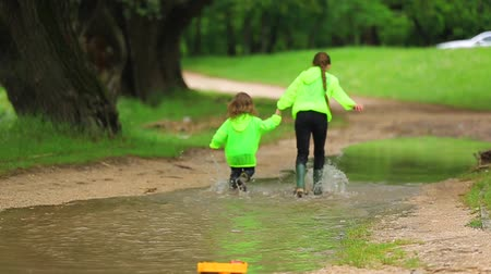 ботинок : Happy Children Running In Huge Puddle