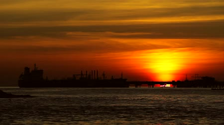 maior : Silhouette. Cargo ship at sunset yellow sky