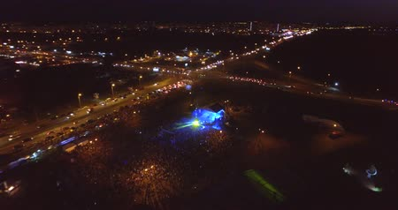 A huge colorful concert. A lot of people are having fun (drone) Dostupné videozáznamy