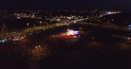 A big crowded concert. A lot of people having fun. Drone Dostupné videozáznamy