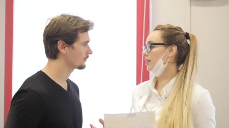 Young woman doctor explains to the patient Dostupné videozáznamy