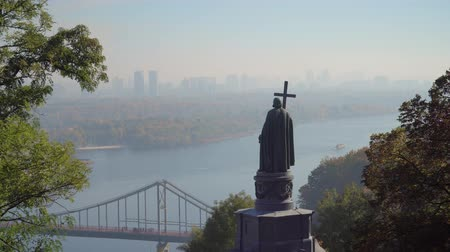 prins : Saint Volodymyr Monument en Dnieper River in Kiev