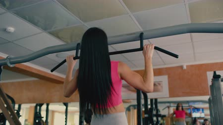 çekme : Athletic young woman pulling up in a gym. 4 k Stok Video