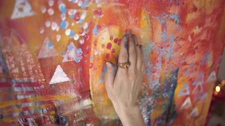 elle çizilmiş : Woman artist painting an abstract painting of the hands closeup. Stok Video