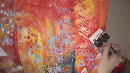 elle çizilmiş : Artist paints a picture of paint brush in hand closeup Stok Video