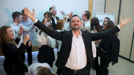 sociedade : business, people, success and fortune concept - happy businessman throwing up dollar money in office. profit 4 k Attractive young business team celebrate the successful outcome of a business venture. Great Winning! Portrait of Very Happy Successful Man Th