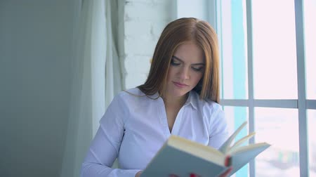 enciclopédia : female student reading a book. 4 k Stock Footage