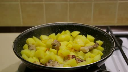 frites : Cooking potatoes in a pan. Fragrant fried potatoes
